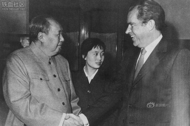 La storica stretta do mano tra Richard Nixon e Mao, Pechino, 1972. Ph. Wikimedia