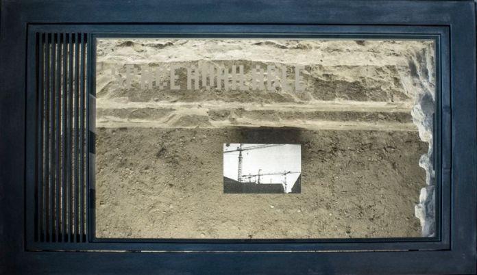 Luca Pancrazzi, Space Avalaible. Spazio espositivo autonomo, vetro satinato. Collezione permanente Musei d'Inverno-progetto Diòspero