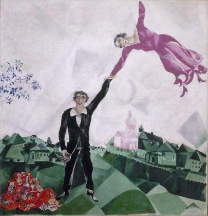 Marc Chagall, Passeggiata, 1917-18. Olio su tela, 175.2 x 168.4 cm. Museo di Stato Russo, San Pietroburgo. Foto (c) 2016, Museo di Stato Russo, San Pietroburgo. Foto(c) DACS 2016. Courtesy Royal Academy of Arts, Londra