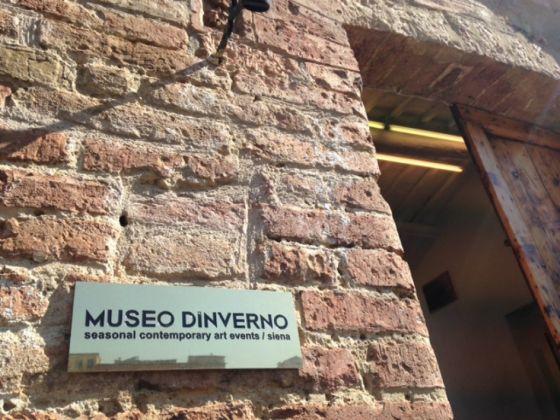 Maurizio Nannucci, Targa d'ingresso in ottone, multiplo di nove esemplari. Museo d'Inverno, Siena 2017