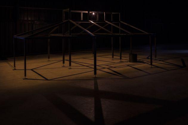 Miroslaw Balka, 250x700x455, ø 41x41 - Zoo - T, 2007-2008. Installation view at Pirelli HangarBicocca, Milano 2017. Copia espositiva courtesy dell'artista, da un'opera in collezione privata, e Pirelli HangarBicocca, Milan