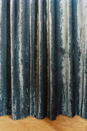 Nuvola Ravera, Morte è la notte senza sogni. Soglia, 2014/ 2017, telo di velluto, pavimento, stampa fotografica su dibond, 13x18 cm