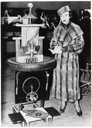 "Rita Kernn-Larsen vicino a una scultura ""spazzatura"" di Henry Heerup alla International Exhibition Kubisme=Surrealisme, Den Frie, Copenaghen, 1935. Collection of Danielle Grünberg"