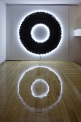 Shay Frisch. Connessioni luminose. Installation view at Galleria San Fedele, Milano 2017