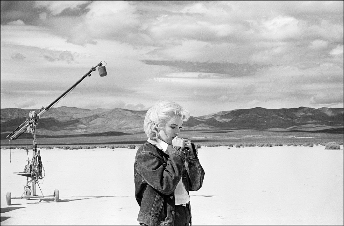 USA. Nevada. US actress Marilyn MONROE on the Nevada desert going over her lines for a difficult scene she is about to play with Clarke GABLE in the film The Misfits by John HUSTON. 1960 © Eve Arnold-Magnum Photos