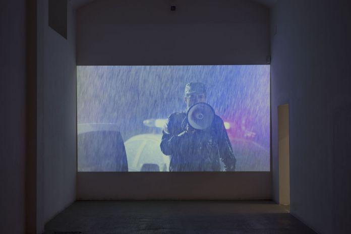 Will Benedict, I AM A PROBLEM (Enemy Ladder), 2017, still da video. Photo Giorgio Benni. Courtesy Galerie Balice Hertling, Parigi & Giò Marconi, Milano