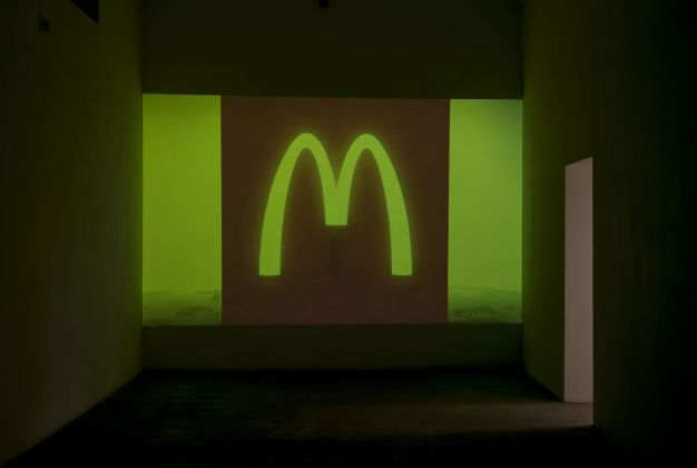 Will Benedict, The Bed That Eats, 2015, still da video. Photo Giorgio Benni. Courtesy Galerie Balice Hertling, Parigi & Giò Marconi, Milano