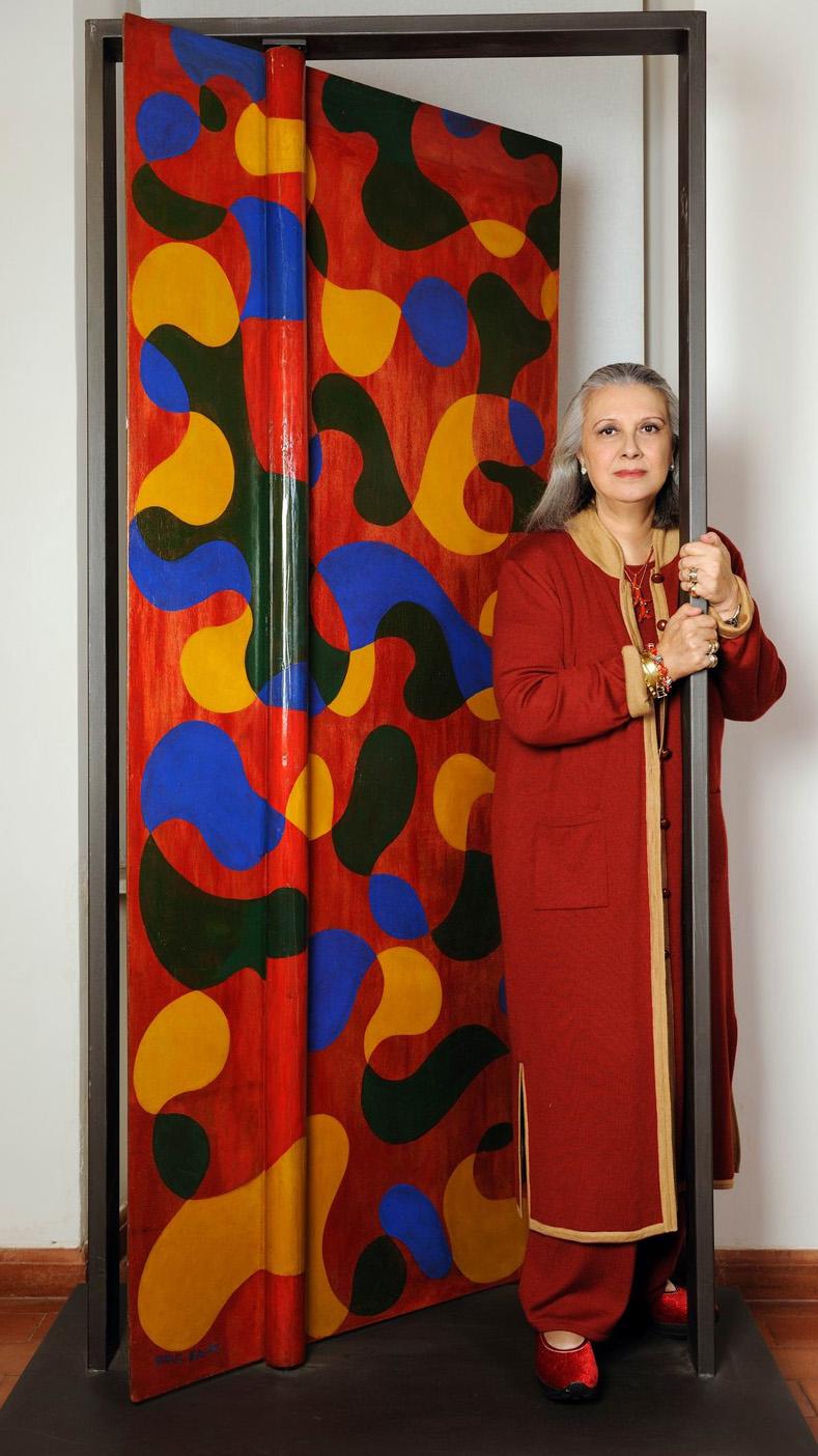 Laura Biagiotti di fronte alla Porta di studiolo di Giacomo Balla. Ph Roberto Rocchi