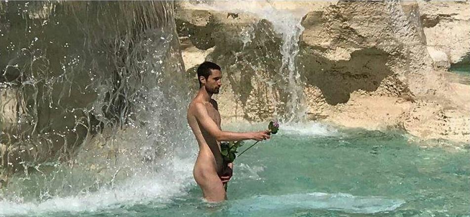 Adrián Pino Olivera dentro Fontana di Trevi