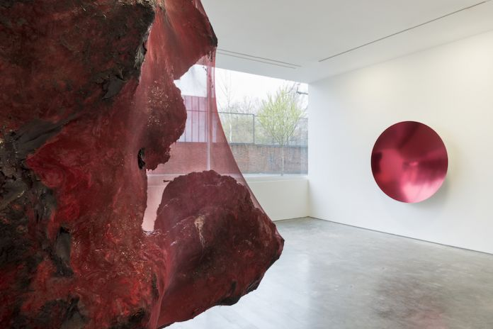 Anish Kapoor in mostra da Lisson Gallery, Londra, 2017. Photo Dave Morgan, ©Anish Kapoor, courtesy Lisson Gallery