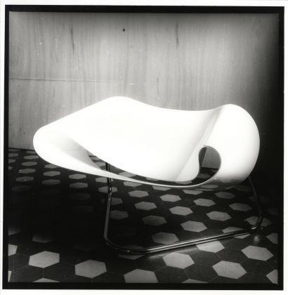Cesare Leonardi e Franca Stagi, Nastro (Ribbon Chair), 1961. Vetroresina e acciaio, 72 x 99 x 69 cm. Courtesy Archivio Architetto Cesare Leonardi. Foto Cesare Leonardi