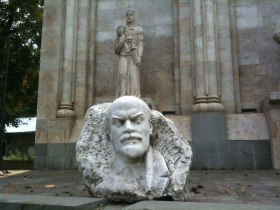Doppi simboli a Dilajan, Armenia. Photo Claudia Zanfi