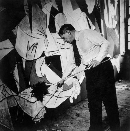 Dora Maar, Picasso de pie trabajando en el Guernica en su taller de Grands-Augustins, Parigi 1937. Museo Nacional Centro de Arte Reina Sofía, Madrid. (c) Dora Maar, VEGAP, Madrd, 2017