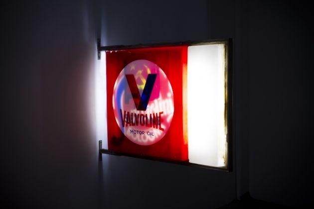 Flavio Favelli. Senso 80. Installation view at Albergo Diurno Venezia, Milano 2017. Photo Dario Lasagni