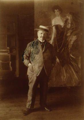 Giovanni Boldini fotografato nel suo studio, con la versione intermedia del ritratto di Franca Florio