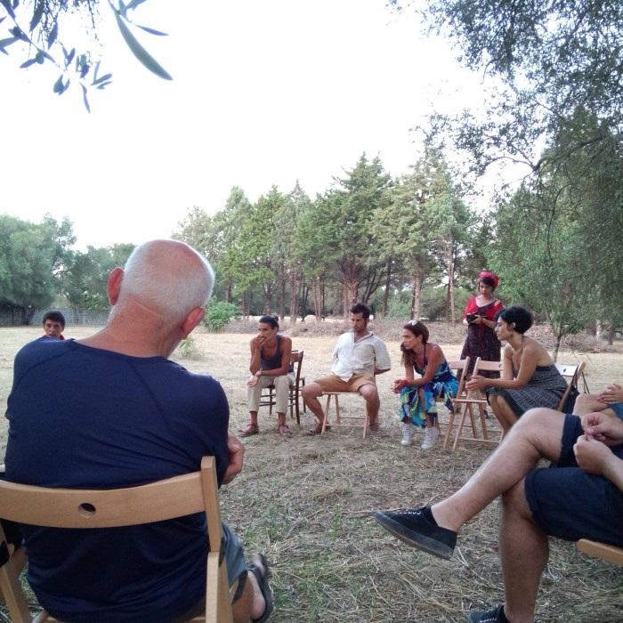 Gruppi di lavoro nel giardino della Casa Cafausica