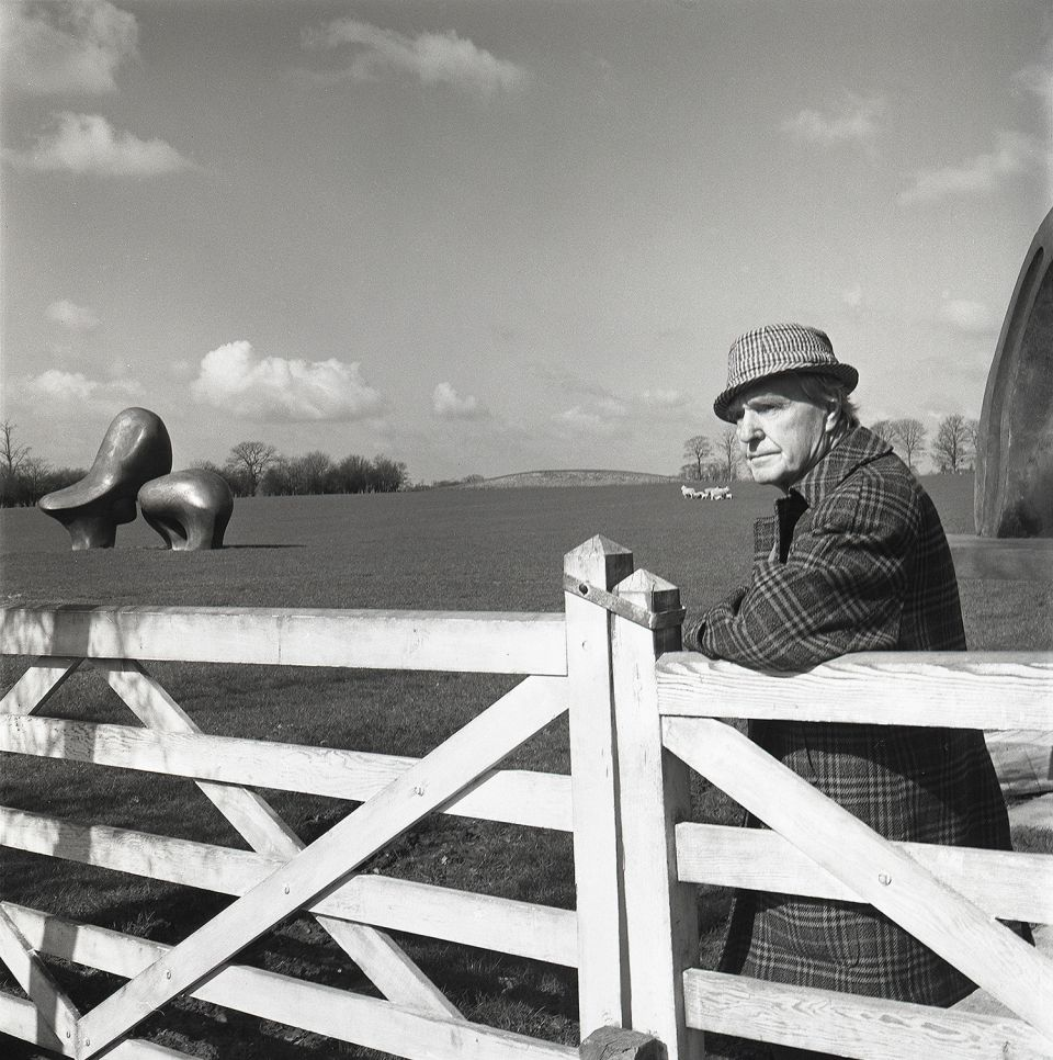 Henry Moore in te Sheep Field, c.1977, whit Sheep Piece, ph. Errol Jackson, courtesy Henry Moore Foundation