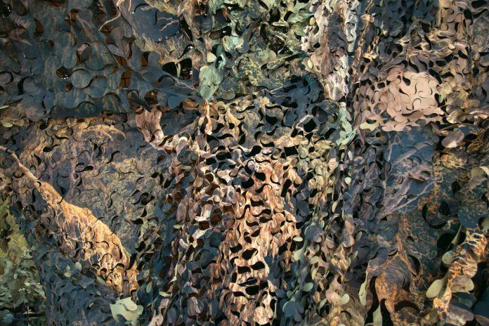Hilario Isola, Atelier del Camouflage, 2017, dettaglio della lavorazione del tessuto
