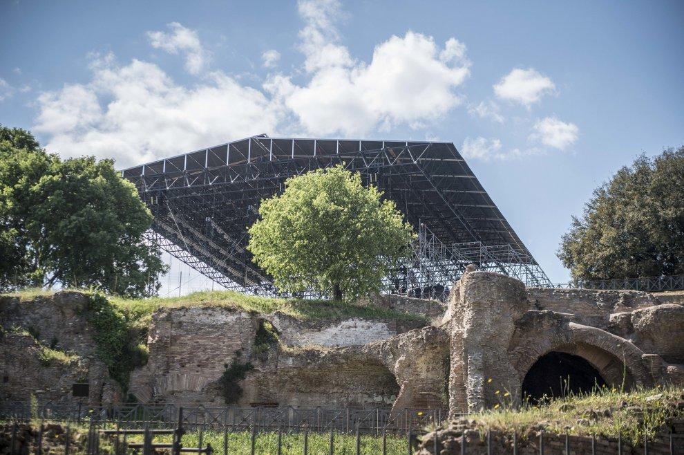 Il mega palco montato sul Palatino per il musical su Nerone - foto Repubblica