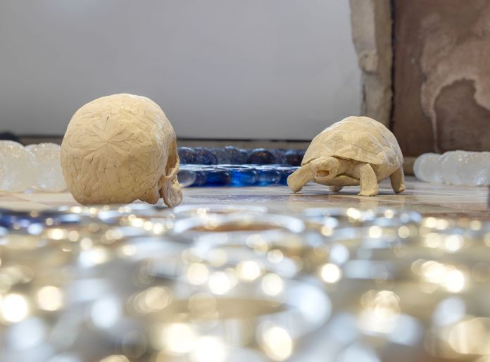 Jan Fabre, dettaglio di Greek Gods in a Body-Landscape (2011), dimensioni variabili, vetro di Murano, ossa umane, inchiostro Bic, photo Pat Verbruggen, copyright Angelos bvba