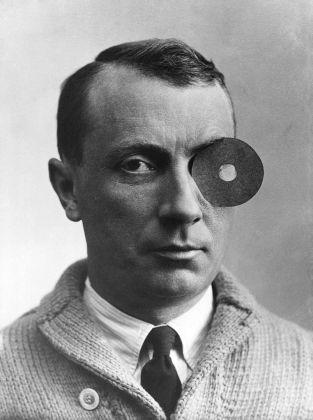 Jean Arp with Navel-Monocle, 1926, collection Arp Stiftung Berlijn