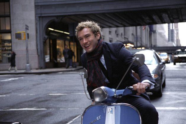 Jude Law in Vespa, da una scena del film Alfie