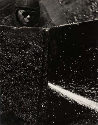 Kiyoshi Niiyama (Prefettura di Ehime, Giappone, 1911 – Tokyo, Giappone, 1968), Senza titolo (Saldatore), anni cinquanta-sessanta, Stampa ai sali d'argento, 52,4 × 41,2 cm © Estate of the Artist - Kiyoshi Niiyama