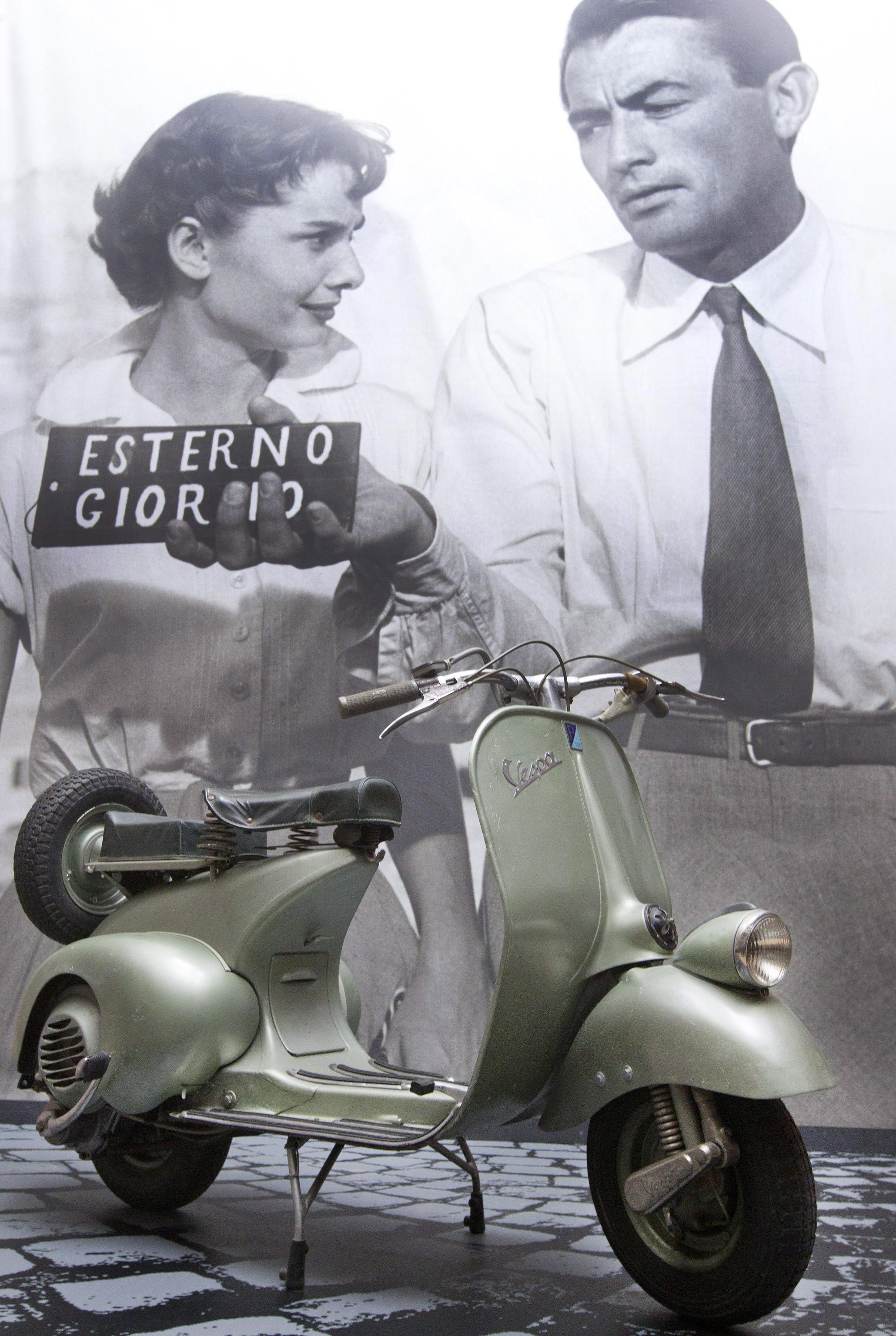 La Vespa utilizzata da Audrey Hepburn e Gregory Peck in Vacanze romane, esposta all'Ara Pacis di Roma per la mostra Audrey a Roma. Esterno giorno, 2011