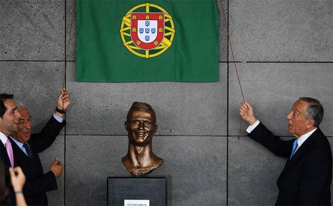 La presentazione del ritratto in bronzo di Cristiano Ronaldo (foto cheapgoals.com)