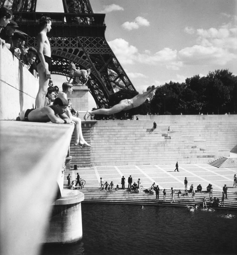 Le plongeur du Pont d'Iéna, Paris 1945 © Atelier Robert Doisneau