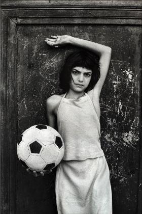 Letizia Battaglia, La bambina con il pallone. Quartiere la Cala, Palermo 1980. Courtesy l'artista