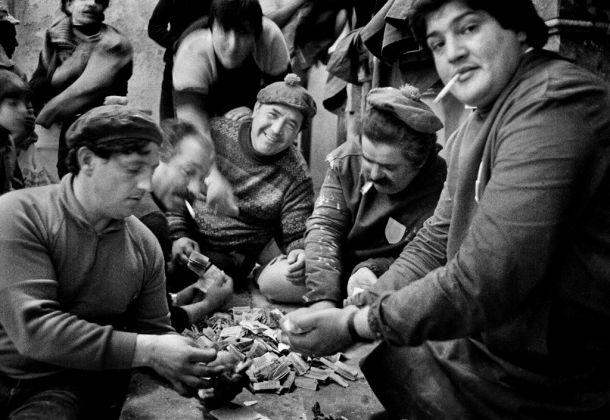 Letizia Battaglia, La conta. Dopo la Processione dei Misteri gli uomini contano i soldi delle offerte, Trapani 1992. Courtesy l'artista