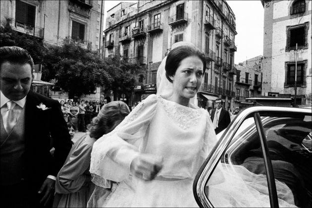 Letizia Battaglia, La sposa inciampa sul velo, Casa Professa, Palermo 1980. Courtesy l'artista