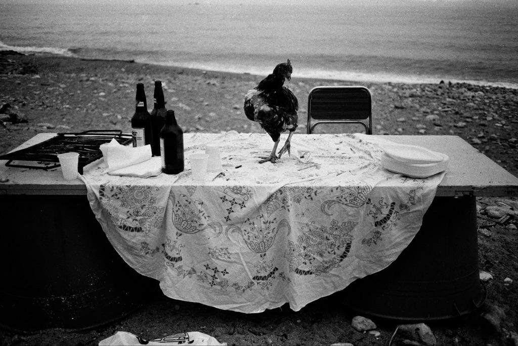 Letizia Battaglia, Nella spiaggia della Arenella la festa è finita, Palermo 1986. Courtesy l'artista