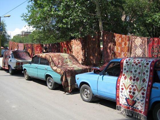 Lo street market di tappeti a Yerevan. Photo Claudia Zanfi