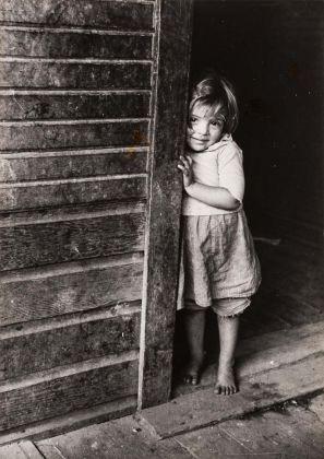 Marion Post Wollcott (New Jersey, USA, 1910 – Santa, Barbara, USA, 1990), Figlio di minatori, West Virginia, 1941 c., Stampa ai sali d'argento, 21,6 × 15,6 cm © Marion Post Wolcott