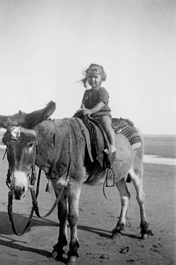 Maya su un asino, Franceville, 14 agosto 1937 © Archives Maya Widmaier-Ruiz-Picasso