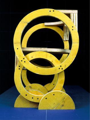 P14, serie Solidi, 1998–99. Pannello di abete a tre strati rivestimento giallo, 70 x 50 x 50 cm. Courtesy Archivio Architetto Cesare Leonardi. Foto Cesare Leonardi