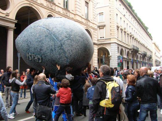 Piero Gilardi, Il masso della crisi. Manifestazione del 1° maggio 2012, Torino