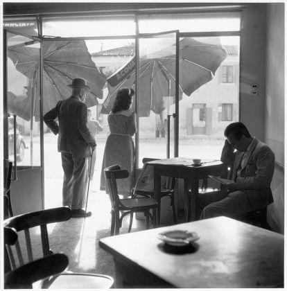 Pietro Donzelli, Delta del Po. Terra senz'ombra. Caffè a Rosolina, 1954 © Renate Siebenhaar, Estate Pietro Donzelli, Frankfurt a. M.