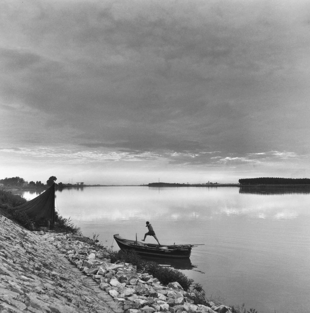 Pietro Donzelli, Delta del Po. Terra senz'ombra. Il Po di Tolle, 1954 © Renate Siebenhaar, Estate Pietro Donzelli, Frankfurt a. M.