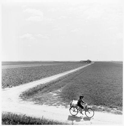 Pietro Donzelli, Delta del Po. Terra senz'ombra. Valle Pega, venditrice ambulante, 1954 © Renate Siebenhaar, Estate Pietro Donzelli, Frankfurt a. M.