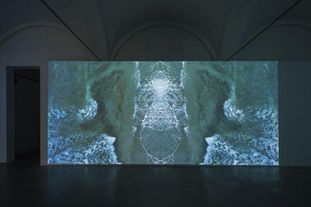 Sarah Ciracì, Like An Ocean With Its Waves..., 2017, videoinstallazione. Foto Roberto Marossi