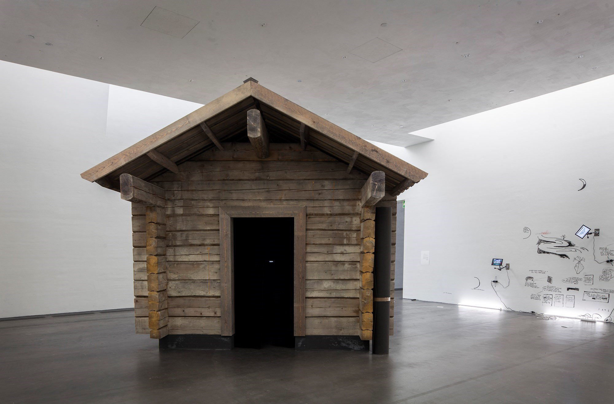 Shia Labeouf, AloneTogether, 2017. La capanna montata in una sala del Kiasma Museum