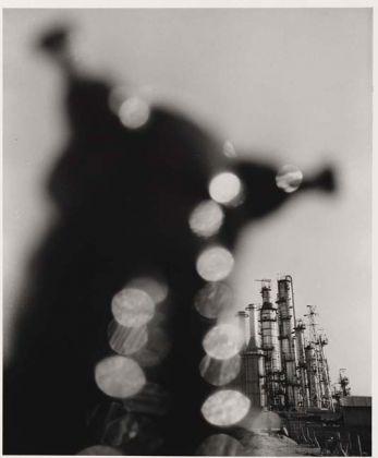 Shomei Tomatsu (Nagoya Giappone, 1930 – Naha, Giappone, 2012), Impianto petrolchimico. Yokkaichi, Mie, 1960, Stampa ai sali d'argento, 35,5 × 29,2 cm ©Shomei Tomatsu Estate, courtesy PRISKA PASQUER, Cologne