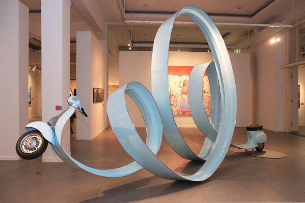 Twisted Vespa, un'opera di Eddi Prabandono. Installazione per Southeast Asia Plus Triennale of Art, Galeri Nasional Indonesia