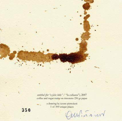 Un multiplo di Cesare Pietroiusti realizzato con caffè e zucchero