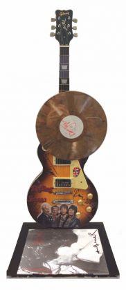 Chitarra Gibson firmata a pennarello dai membri dei Rolling Stones. Vinile firmato a pennarello da Mick Jagger. Cover firmata a pennarello da Andy Warhol