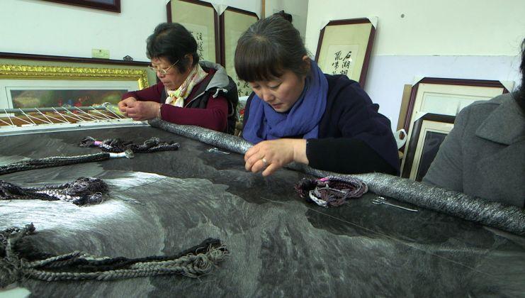 Yao Hulfen al ricamo in un progetto di collaborazione