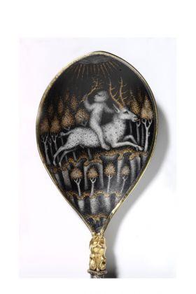 Cucchiaio smaltato con scimmia antropomorfa che cavalca un cervo, 1430 © Victoria and Albert Museum, London